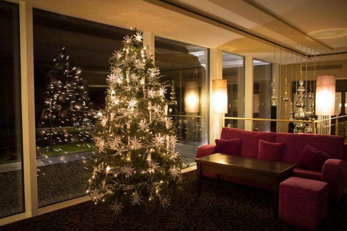 Art Deko_Wohnzimmer mit Weihnachtsbaum silber Sterne