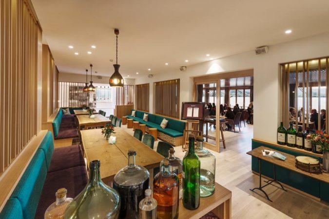 Außenbereich Gourmet Restaurant Bootshaus mit Stehtischen_Seehotel Das Traunsee