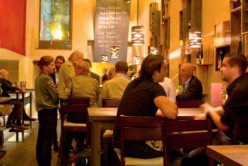 Bolena Weinbar mit Gaesten