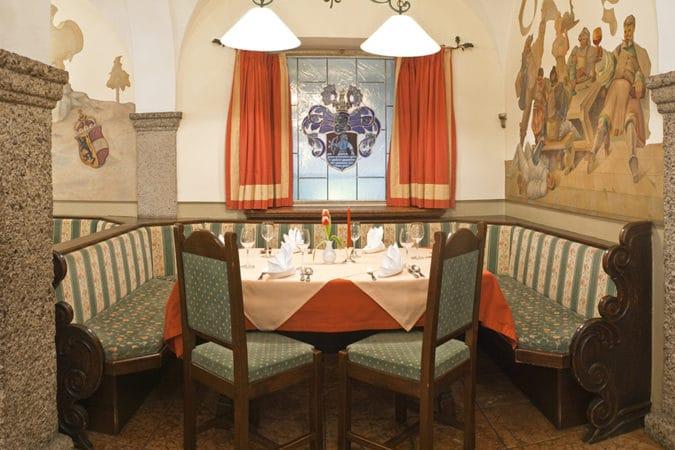 Gasthof Schorn_Saal_Tisch mit Fenster