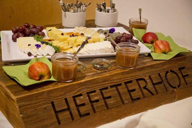 Heffterhof Fruehstueck auf Holz
