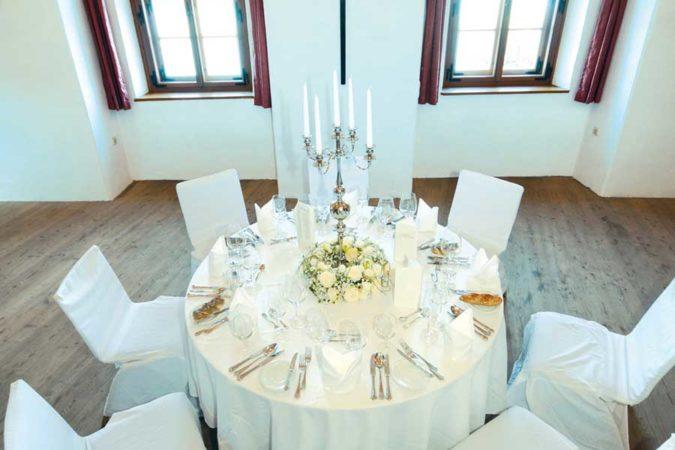Klostersaal-Set-Up-Hochzeit-©-erlas