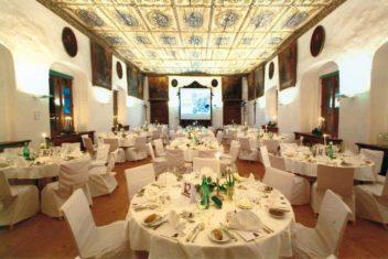 Klostersaal-Set-Up-Hochzeit-(C)-Erlas