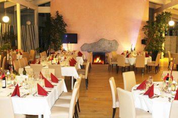 Restaurant Albatros_Eckige Tische vor Kamin