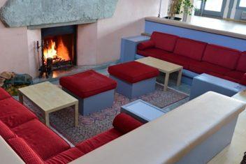Restaurant Albatros_Sofa vor Kamin