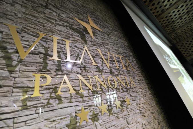 Bühne+Wand mit Logo
