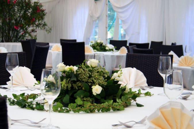 Feenzelt Tische Blumen und Gedeck