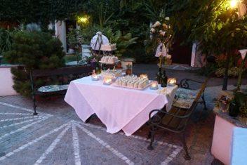 Hochzeitstorte im Hof