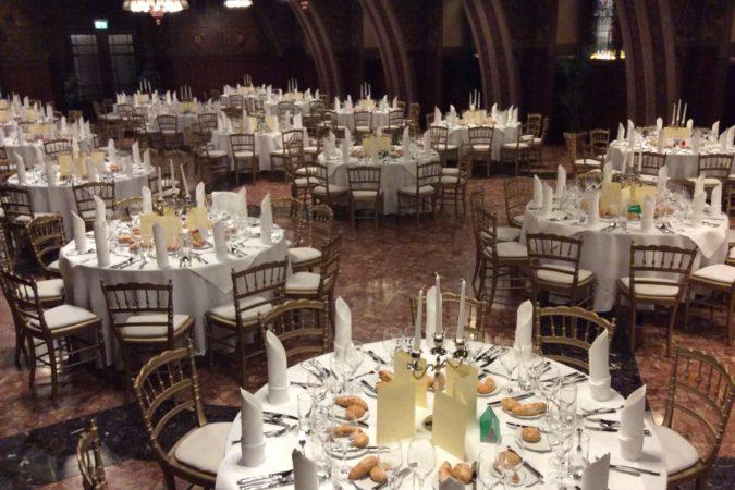 Rittersaal mit runden Tischen