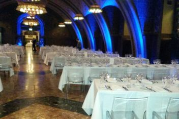 Rittersaal_blaue Ambientebeleuchtung_glaeserne Stuehle