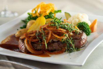 Schrofenstein_Food&Beverage_FoodHauptspeisen_Zwiebelrostbraten_Kartoffeln_Gemuese_Restaurant_2020 (1)_klein