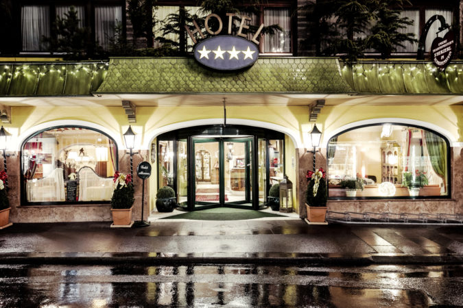 Schrofenstein_Gebaeude_Außenansicht_Eingangsbereich_Hotel_Lichter