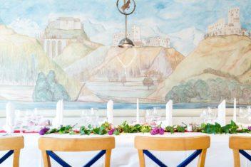 Schrofenstein_Gebaeude_Rauemlichkeiten_Restaurant_Boecklein_hell_weiß gedeckt_Blumen (2)