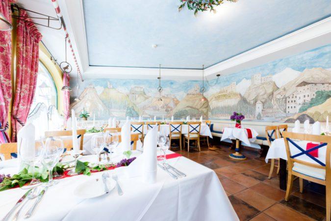 Schrofenstein_Gebaeude_Rauemlichkeiten_Restaurant_Boecklein_hell_weiß gedeckt_Blumen (7)